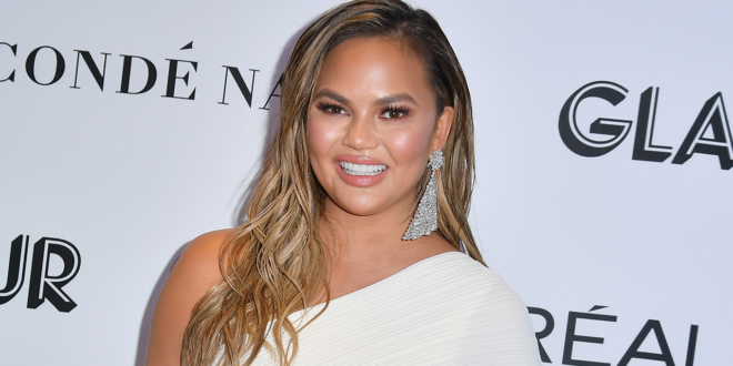 chrissy-teigen's-cyberbullying-apology-prompts-reactions-from-husband-john-legend,-more-stars:-we-'see-you'